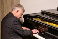 """Ričardo Dailidės fotodokumentikos parodos """"Iš praeities atgimstantys...(1974–1994 m.)"""" atidarymo vakaras. Pianistas Povilas Jaraminas"""