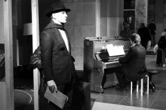"""Parodos """"Keliaujantys muzikantai"""" atidarymas Vilniaus geležinkelio stotyje   aktorius Ridas Jasiulionis"""